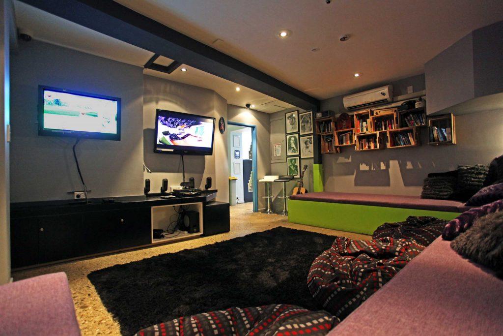 Absoloot Hostel lounge